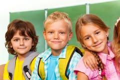 Barn står nästan nära svart tavla Fotografering för Bildbyråer