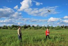 Barn startar quadcopteren Arkivfoto