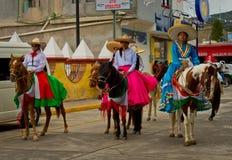 Barn ståtar på på Mexico revolutiondag Fotografering för Bildbyråer