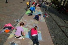 barn tecknar arkivbilder