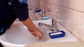 Barn tvättar deras händer med tvål och vatten lager videofilmer
