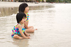 Barn tycker om waves på strand Royaltyfri Foto