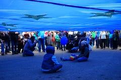 Barn under den europeiska fackliga flaggan, Bucharest, Rumänien Royaltyfria Foton