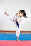 Barn under utbildning i karate Slåss position Arkivfoto