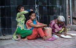 Barn utanf?r deras hem i fattiga kl?der, beh?ver till s?kerhet fastar royaltyfri fotografi