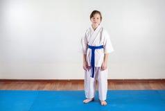 Barn utarbetar tekniker av kampsporter Slåss position Arkivbilder