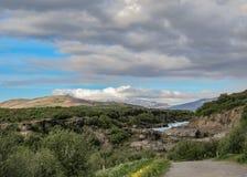 Barnafossar: serie av forsar på den HvÃtà ¡ floden med berg, skog och blå himmel im Borgarfjordur, västra Island, Europa arkivbild