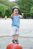Barnanseende på konkret halvklot Fotografering för Bildbyråer