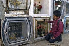 Barnarbete på kyrkogården av staden Cochabamba Arkivfoto
