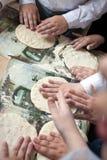 Barnarmar som gör degar på pizzaseminariet royaltyfria bilder