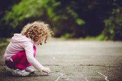 Barnattraktioner på asfalt i parkera royaltyfri fotografi