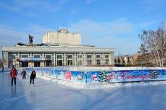 Barnaul,俄罗斯, 2016年1月, 13日,滑冰在城市在Shukshin前面阿尔泰地方戏曲剧院的滑冰场的孩子  免版税库存图片
