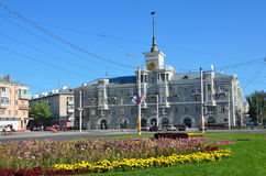 Barnaul,俄罗斯, 2016年8月, 30日 `在尖顶`下的房子在10月正方形在Barnaul,阿尔泰边疆区,俄罗斯 免版税图库摄影
