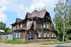 Barnaul,俄罗斯, 2016年8月, 17日 在Polzunov街道上的老房子在Barnaul在夏天 图库摄影