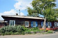 Barnaul,俄罗斯, 2016年8月, 17日 在Polzunov街道上的老房子在Barnaul 库存照片