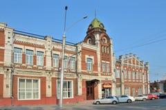 Barnaul,俄罗斯, 2016年8月, 17日 汽车是在Barnaul市杜马的大厦附近1914-1916年建筑在夏天 免版税库存照片