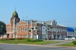Barnaul,俄罗斯, 2016年8月, 17日 汽车是在Barnaul市杜马的大厦附近1914-1916年建筑 免版税库存照片
