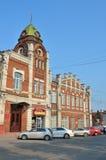 Barnaul,俄罗斯, 2016年8月, 17日 汽车是在Barnaul市杜马的大厦附近1914-1916年建筑 免版税库存图片