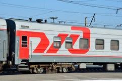 Barnaul,俄罗斯, 2016年8月, 17日 没人,有铁路商标的路轨无盖货车  免版税图库摄影