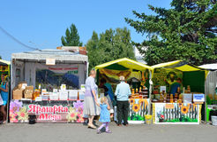 Barnaul,俄罗斯, 2016年8月, 17日 走在蜂蜜市场的人们在院士A区域的  d 萨哈罗夫在总和的Barnaul 库存照片