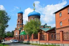 Barnaul, Ρωσία, 17 Αυγούστου, 2016 Τα αυτοκίνητα είναι κοντά στην εκκλησία Svyato - Nikolskaya σε Barnaul το καλοκαίρι, Ρωσία Στοκ φωτογραφία με δικαίωμα ελεύθερης χρήσης