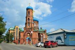 Barnaul, Ρωσία, 17 Αυγούστου, 2016 Τα αυτοκίνητα είναι κοντά στην εκκλησία Svyato - Nikolskaya σε Barnaul το καλοκαίρι, Ρωσία Στοκ φωτογραφίες με δικαίωμα ελεύθερης χρήσης