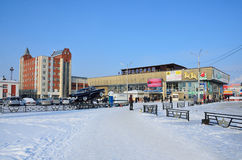 Barnaul, Ρωσία, 14 Ιανουαρίου, 2016, άνθρωποι που περπατά κοντά στη στάση λεωφορείου σε Barnaul το χειμώνα Στοκ εικόνα με δικαίωμα ελεύθερης χρήσης