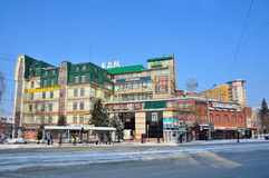 Barnaul, Ρωσία, 14 Ιανουαρίου, 2016, άνθρωποι που περπατά bythe το φυλλάδιο των οικοδόμων σε Barnaul Στοκ Εικόνες