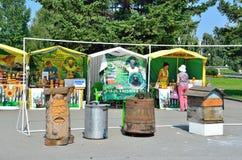 Barnaul, Россия, 17-ое августа 2016 Люди идя в ярмарку меда на зоне академика a d Сахаров в Barnaul в сумме Стоковые Изображения