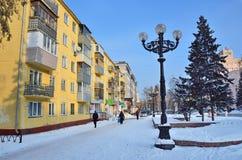 Barnaul, Rússia, janeiro, 14, 2016, pessoa que anda na rua de Molodezhnaya no centro de Barnaul Imagem de Stock Royalty Free