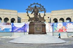 Barnaul, Rússia, janeiro, 13, 2016 Povos que andam perto do monumento aos imigrantes a Altai, Barnaul foto de stock royalty free