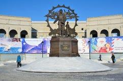 Barnaul, Rússia, janeiro, 13, 2016 Povos que andam perto do monumento aos imigrantes a Altai, Barnaul Fotografia de Stock
