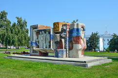 Barnaul, Rusia, agosto, 17, 2016 La composición escultural de las épocas de la URSS en Barnaul en el cuadrado del académico A d S imagenes de archivo