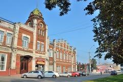 Barnaul, Rusland, 17 Augustus, 2016 De auto's zijn dichtbij de bouw van de Barnaul-bouwjaren van de stadsdouma 1914-1916 Royalty-vrije Stock Foto