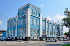 Barnaul, Rusland, 17 Augustus, 2016 Niemand, auto's dichtbij huis 8 op de weg van Lenin in Barnaul stock foto