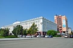 Barnaul, Russia, augusta, 17, 2016 Automobili vicino all'università di Stato di Altai in Barnaul Fotografia Stock Libera da Diritti