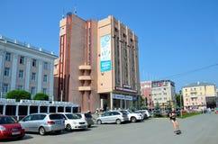 Barnaul, Russia, augusta, 17, 2016 Automobili vicino all'università di Stato di Altai in Barnaul Fotografie Stock Libere da Diritti