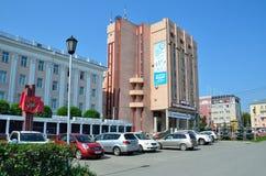 Barnaul, Russia, augusta, 17, 2016 Automobili vicino all'università di Stato di Altai in Barnaul Immagini Stock Libere da Diritti