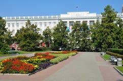 Barnaul, Russia, augusta, 17, 2016 Automobili vicino all'università di Stato di Altai in Barnaul Fotografie Stock