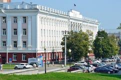 Barnaul, Russia, augusta, 17, 2016 Automobili vicino all'università di Stato di Altai in Barnaul Fotografia Stock