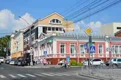 Barnaul, Russia, augusta, 17, 2016 Barnaul, attraversando la via Nikitin ed il viale di Lenin Fotografia Stock Libera da Diritti