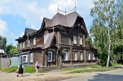Barnaul, Russia, augusta, 17, 2016 Casa antica di camminata di nea di due donne anziane sulla via di Polzunov in Barnaul di estat Immagine Stock Libera da Diritti