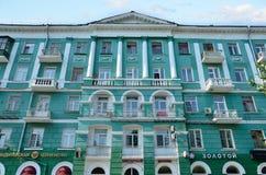 Barnaul, Russia, augusta, 17, 2016 la costruzione numero 73 sul viale di Lenin, elementi della decorazione Fotografia Stock Libera da Diritti