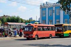 Barnaul, Russia, augusta, 17, 2016 La gente è sull'autostazione sul viale di Lenin Fotografie Stock Libere da Diritti