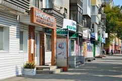 Barnaul, Russia, augusta, 17, 2016 La gente che cammina vicino ai negozi sul viale dei costruttori Immagine Stock