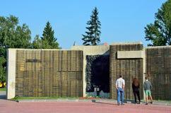 Barnaul, Russia, augusta, 17, 2016 La gente che cammina vicino al memoriale in memoria del caduto nella grande guerra patriottica Immagine Stock Libera da Diritti