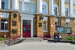 Barnaul, Russia, augusta, 17, 2016 La gente che cammina vicino a Altai indica l'università medica sul viale di Lenin in Barnaul Fotografia Stock Libera da Diritti