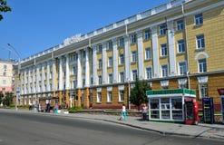 Barnaul, Russia, augusta, 17, 2016 La gente che cammina vicino a Altai indica l'università medica sul viale di Lenin in Barnaul Immagini Stock Libere da Diritti
