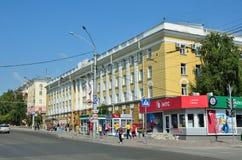 Barnaul, Russia, augusta, 17, 2016 La gente che cammina vicino a Altai indica l'università medica sul viale di Lenin in Barnaul Fotografia Stock