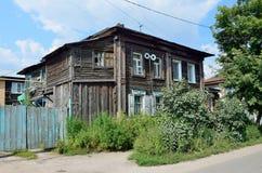 Barnaul, Russia, augusta, 17, 2016 La vecchia casa sulla via di Polzunov in Barnaul di estate Fotografie Stock Libere da Diritti
